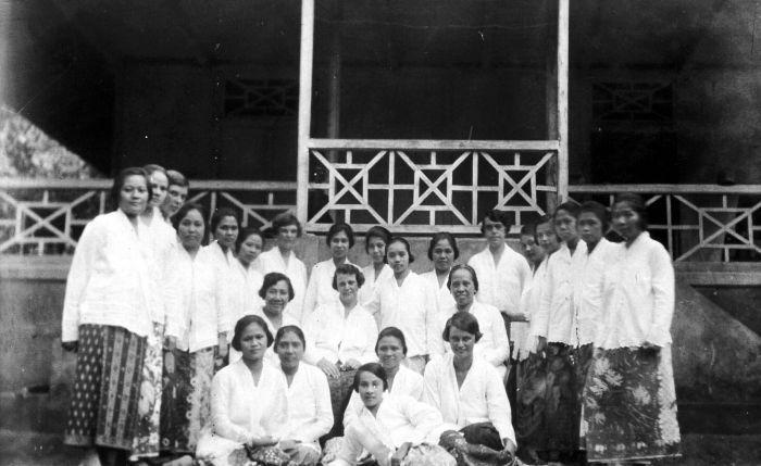 Nederlands: Repronegatief. Groepsportret van jonge vrouwen uit de vooraanstaande kringen van Minahasa